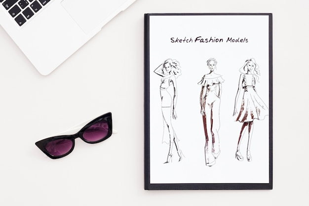 Biurko koncepcja okulary i szkic
