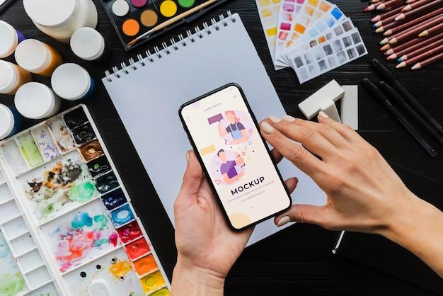 Biurko malarza z telefonem komórkowym