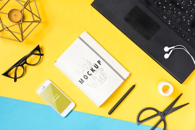 Biurko z laptopem i notatnikiem