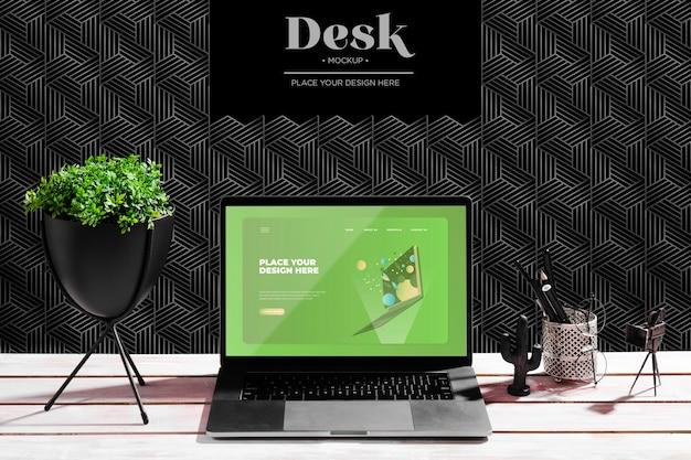 Biurko z rośliną i laptopem
