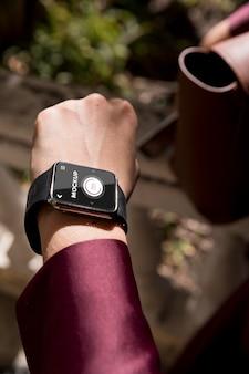 Biznes kobieta patrząc na jej makiety smartwatch
