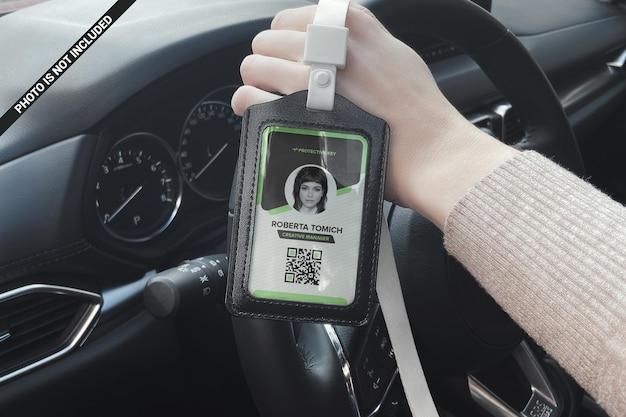 Biznes kobieta pokazuje dowód tożsamości z makiety okna samochodu