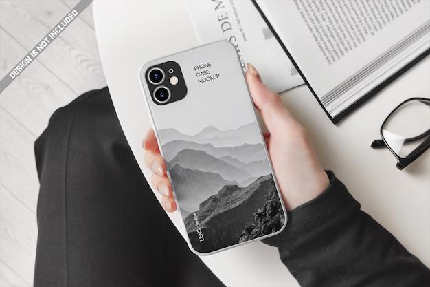 Biznes kobieta pokazuje makietę etui na telefon