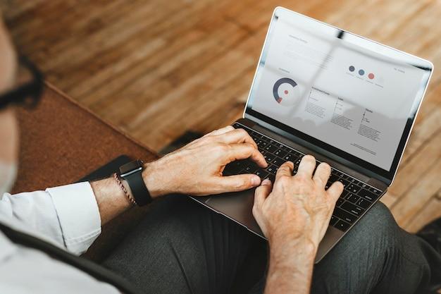 Biznesmen piszący na swoim laptopie