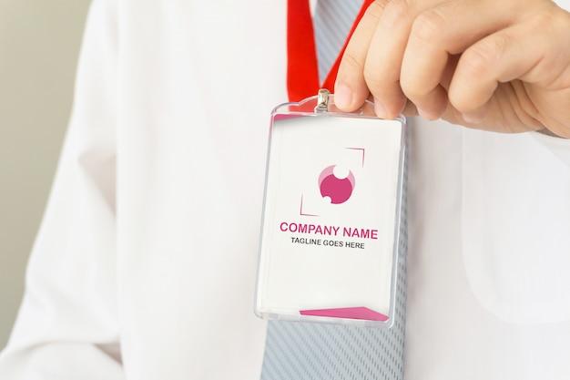 Biznesmen posiadania karty identyfikacyjnej makieta