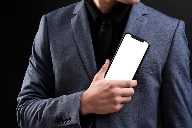 Biznesmen psd makieta ekranu telefonu komórkowego