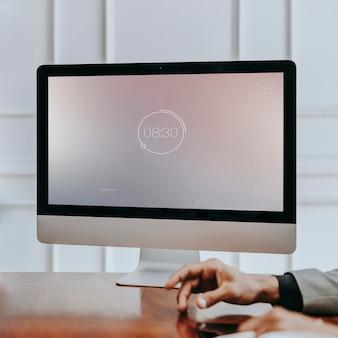 Biznesmen stukający palcem przed makieta komputera