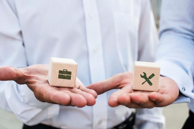Biznesmeni trzyma kostkę z pomysłami firmy