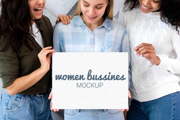 Biznesowe kobiety z makietą