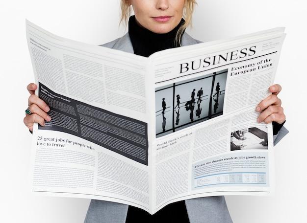 Biznesowej kobiety czytelniczy gazetowy pojęcie