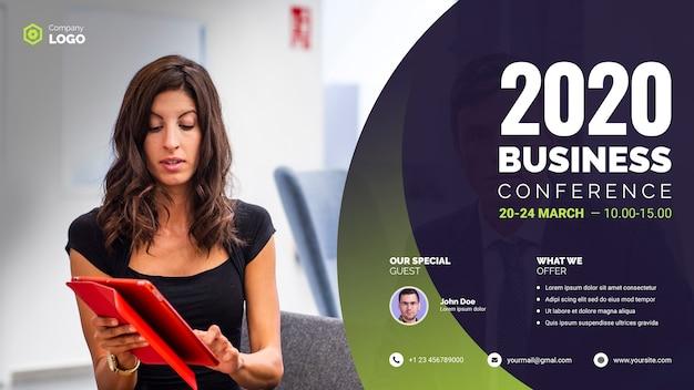Bizneswoman trzyma cyfrową pastylkę biznesową konferencję
