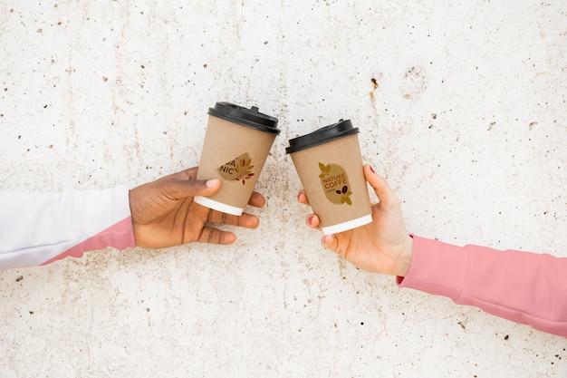 Bliscy przyjaciele z kawą i bluzami