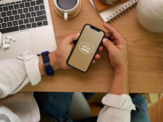 Bliska biznesmen za pomocą makiety smartfona