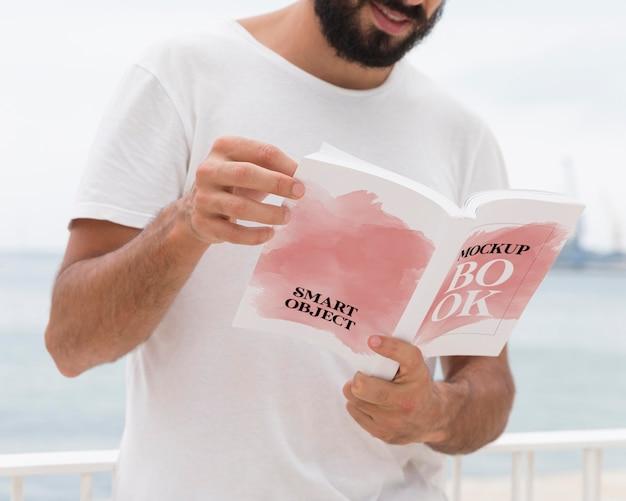 Bliska człowiek na ulicy czytania książki