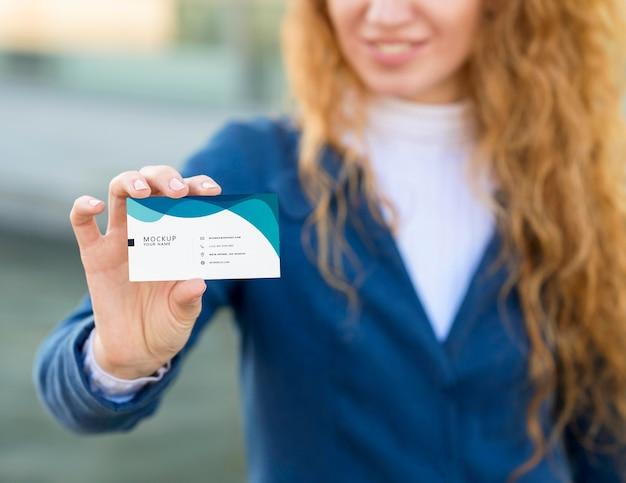 Bliska kobieta trzyma wizytówkę