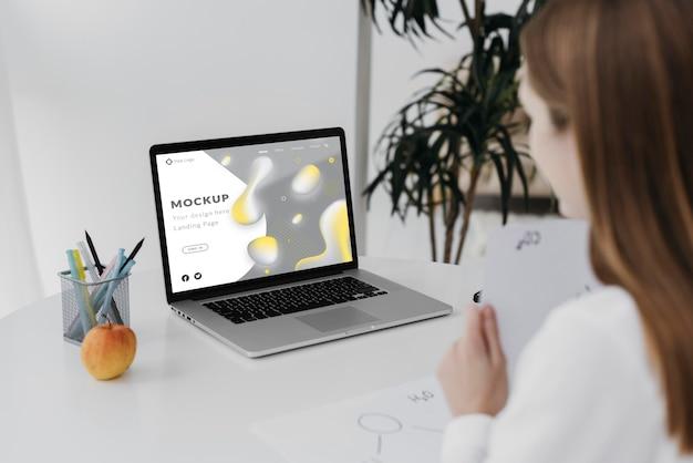 Bliska kobieta za pomocą laptopa
