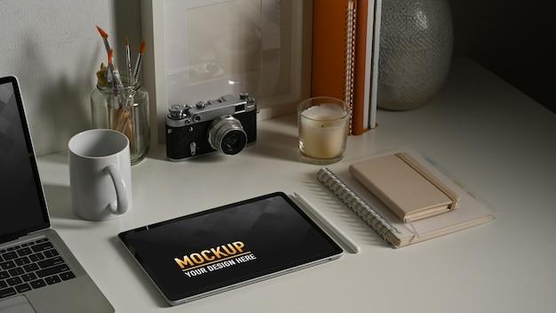 Bliska makieta tabletu z filiżanką kawy