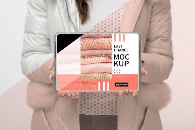 Bliska model trzymając tablet