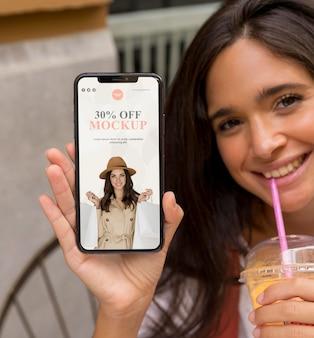 Bliska Uśmiechnięta Kobieta Trzymając Telefon Premium Psd
