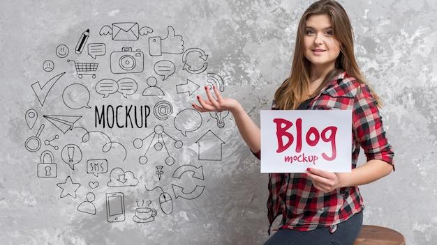 Blogi blogger trzymający makietę papieru