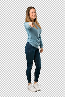 Blond kobieta z niebieską bluzkę wskazuje na ciebie z pewnym siebie wyrazem