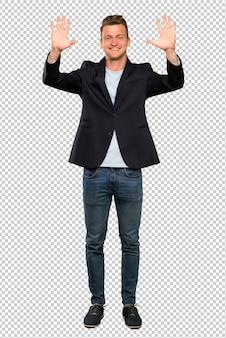 Blondynka przystojny mężczyzna liczy dziesięć palcami