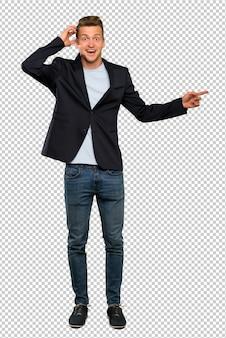 Blondynka przystojny mężczyzna zaskakujący i wskazujący palec strona