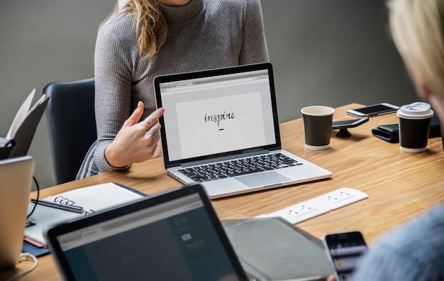 Blondynki kobieta wskazuje przy laptopu ekranem