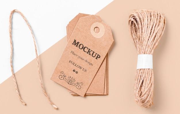 Brązowe makiety etykiet i nici do odzieży
