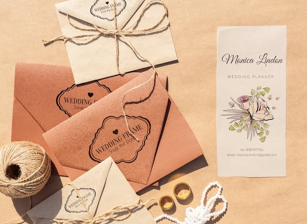 Brązowe papierowe koperty z zaproszeniami ślubnymi