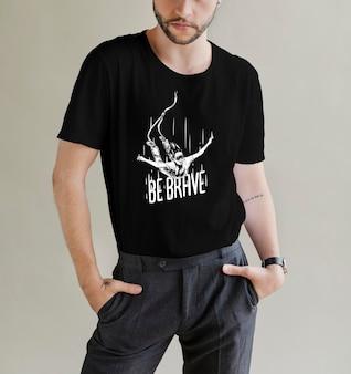 Brodaty mężczyzna w makiecie czarnej koszulki