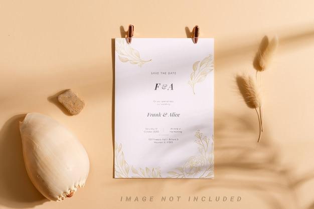 Broszura makieta karty z suchym kwiatem i muszlą