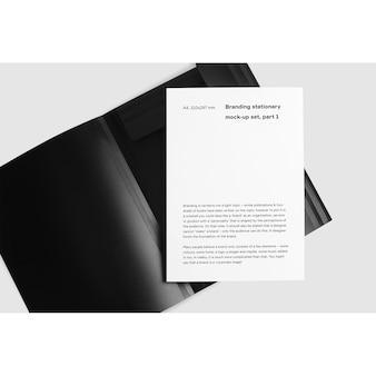 Broszura wewnątrz czarnego folderu makieta