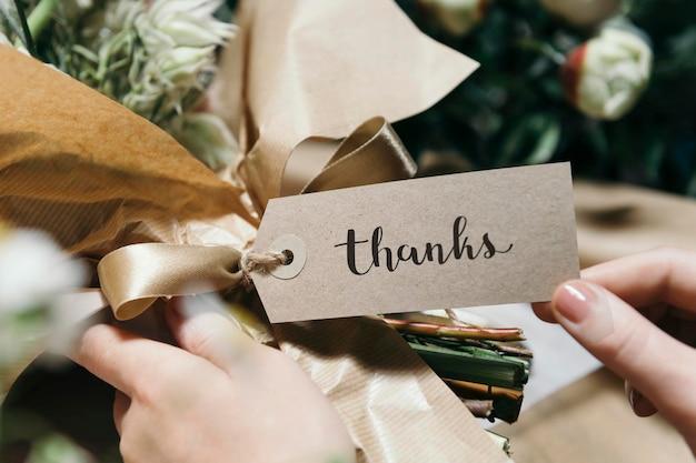 Bukiet kwiatów z kartą z podziękowaniami