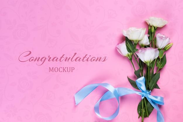 Bukiet kwitnący różowy eustoma na różowym stole