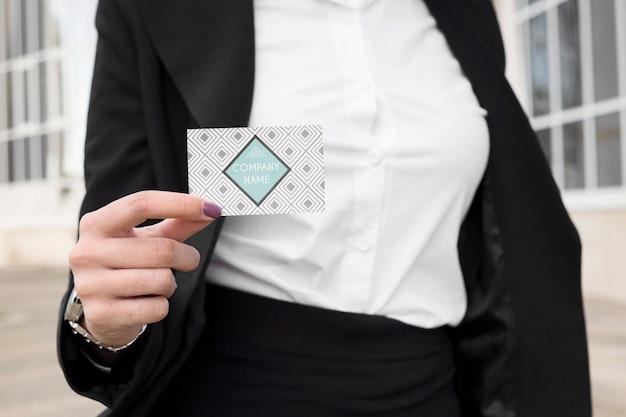 Businesswoman pokazano wizytówkę