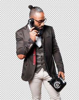 Bussines czarny człowiek rozmawia przez telefon