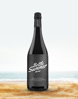 Butelka do picia na letniej makiecie plaży