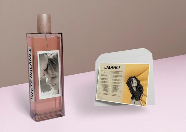 Butelka perfum i informacje obok