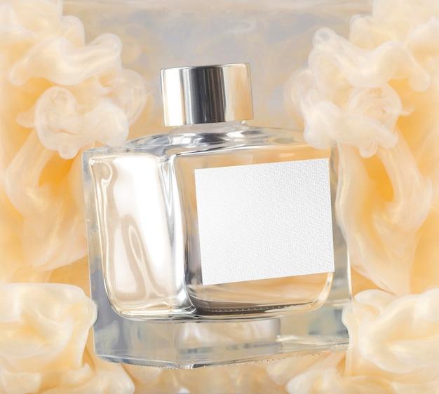 Butelka perfum i makieta żółtego dymu