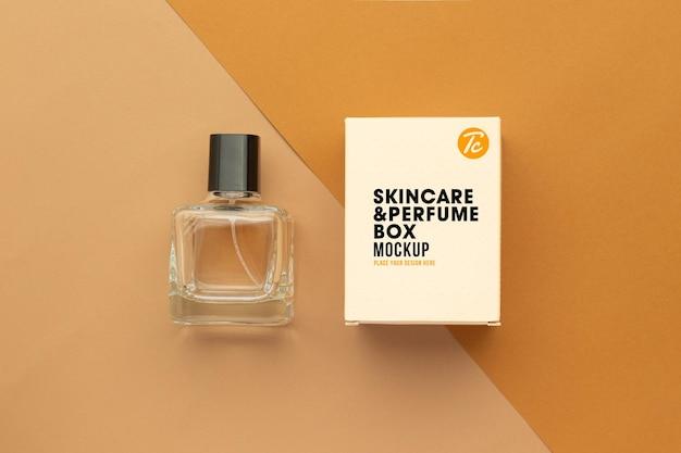 Butelka perfum i projekt makiety pudełka na białym tle