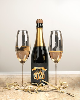 Butelka szampana i szklanki na nowy rok