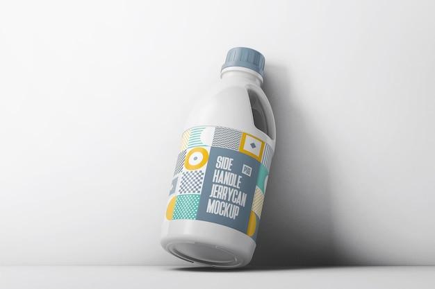 Butelka z bocznym uchwytem oparta o makietę na ścianie