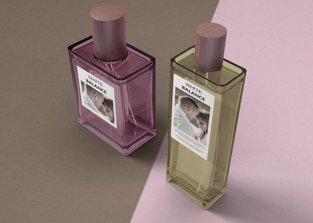 Butelki perfum na stole z makiety