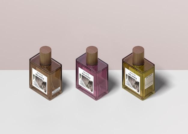 Butelki perfum wyrównane na stole