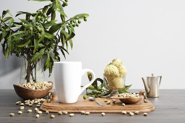 Ceramiczna miska na robaki i orzechy na drewnianej tacy i roślinie