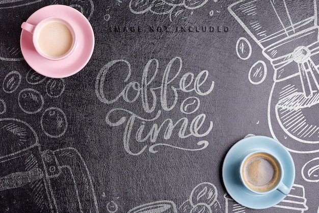 Ceramiczne filiżanki ze świeżo parzoną aromatyczną poranną kawą na tle makiety z ekoskóry czarnej, miejsce na kopię. leżał na płasko.