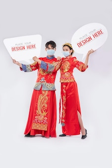 Chińczyk i chinka trzymają pusty dymek makieta