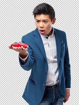 Chińczyk z zabawkarskim samochodem