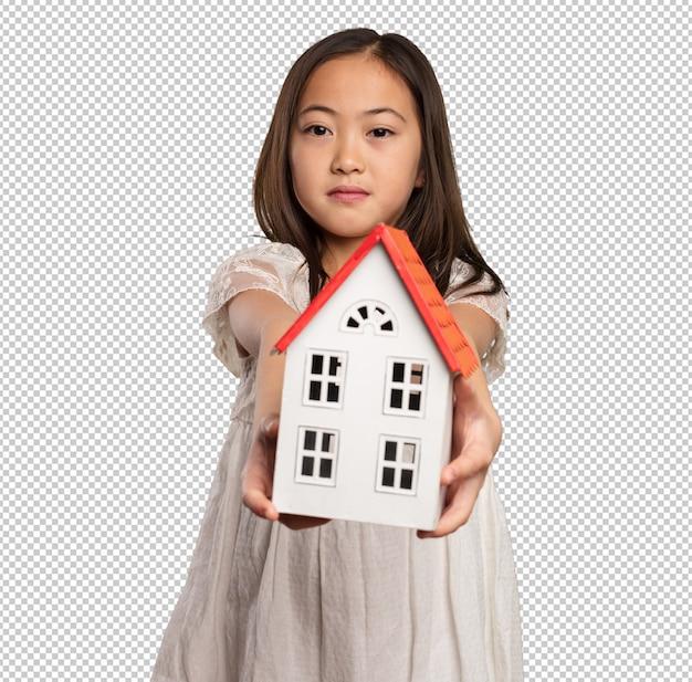 Chińska mała dziewczynka trzyma małego dom